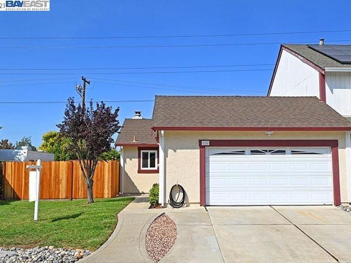 836 Bellflower St Livermore CA Multi-family home. Photo 2 of 23