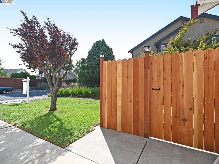 836 Bellflower St Livermore CA Multi-family home. Photo 13 of 23