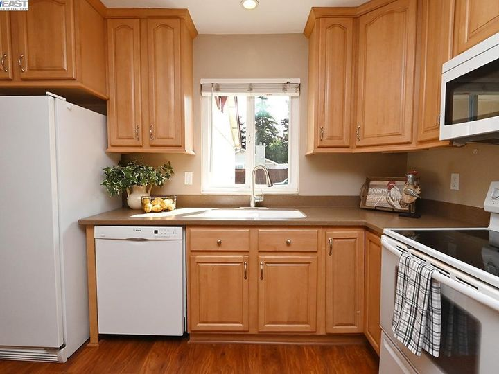 836 Bellflower St Livermore CA Multi-family home. Photo 4 of 23